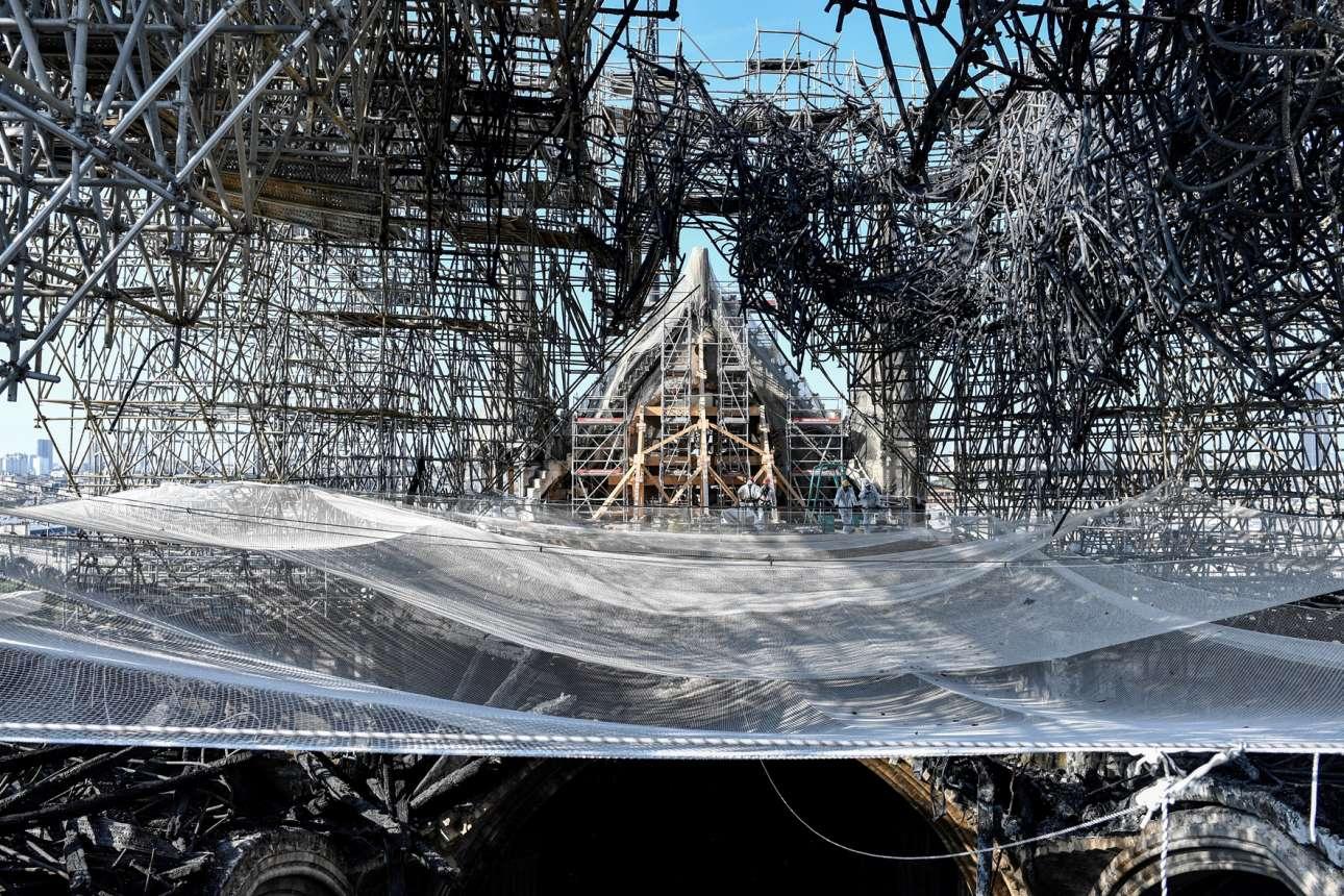 Νοτρ Νταμ, τρεις μήνες μετά την πυρκαγιά: αποκαΐδια και σκαλωσιές σε σφιχταγκάλιασμα, δείχνουν τι βάρος πρέπει να σηκώσουν οι αναστηλωτές