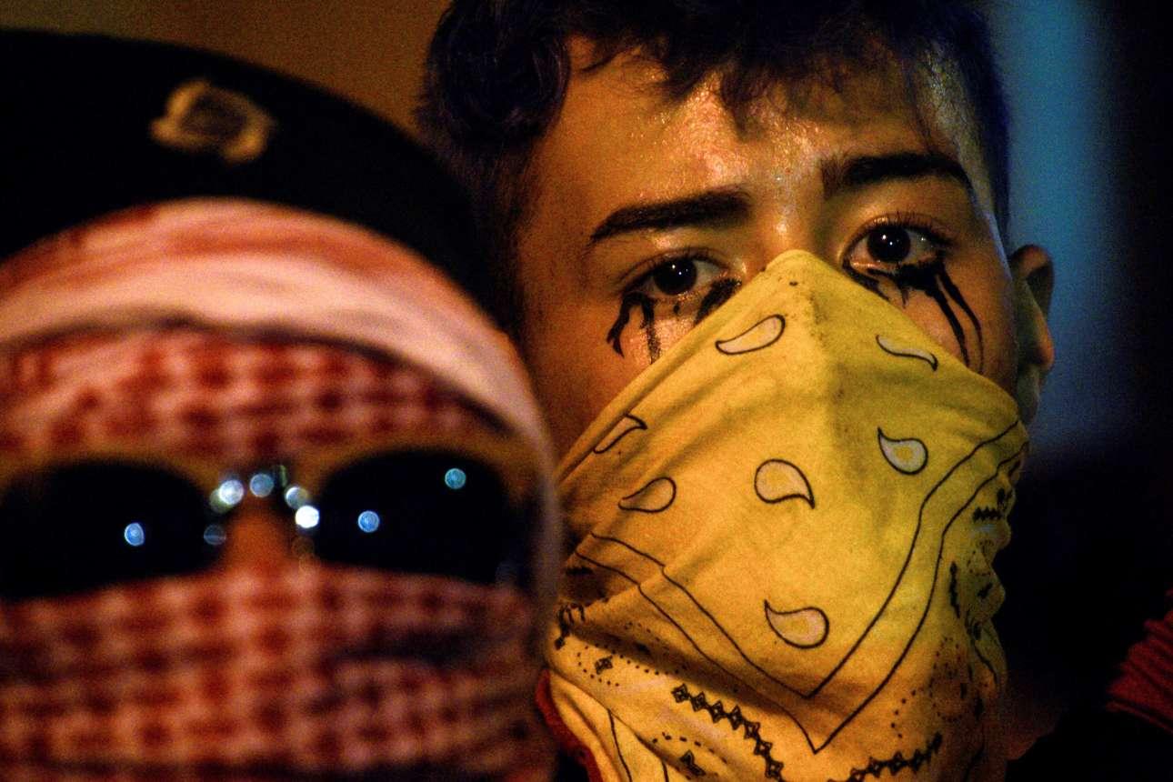 Δύο από τους πορτορικανούς διαδηλωτές που διαμαρτύρονται για τη διακυβέρνηση του Ρικάρντο Ροσελό, πολιτικού που κατηγορείται για διαφθορά, σεξισμό και σχόλια κατά των ομοφυλοφίλων