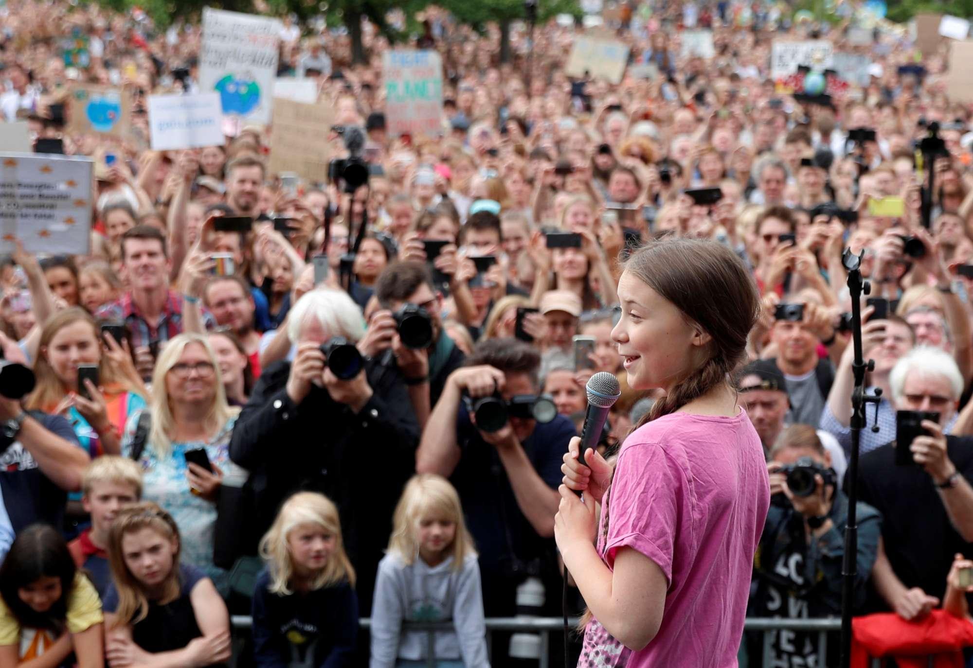 Η μικρή Σουηδέζα Γκρέτα Θούνμπεργκ -η σταρ του περιβαλλοντικού ακτιβισμού- αγορεύει σε «πράσινη» υπαίθρια συγκέντρωση στο Βερολίνο την Παρασκευή 19 Ιουλίου