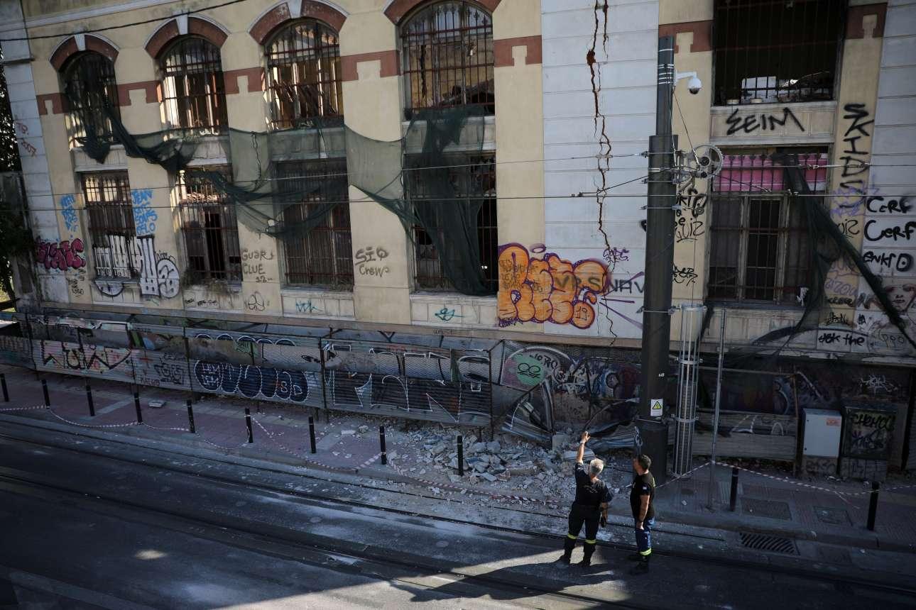 Μεγάλες ρωγμές και σοβάδες που έπεσαν σε παλιό κτίριο στον Πειραιά