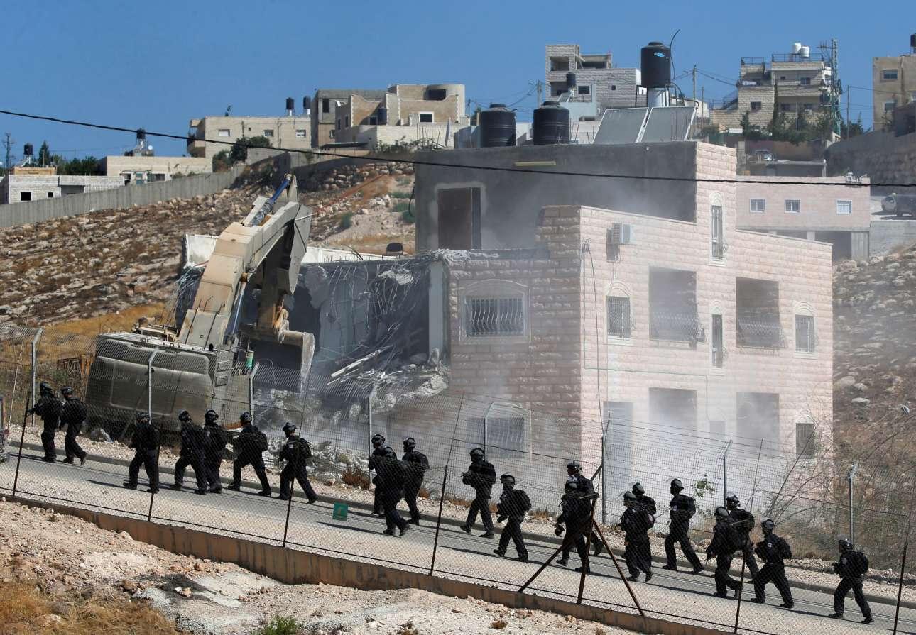 Δυτική Οχθη: η κατεδάφιση του παλαιστινιακού κτίσματος συντελείται με ταυτόχρονη περιπολία ισραηλινού στρατιωτικού αποσπάσματος