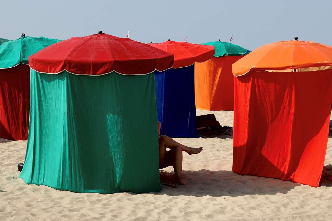 Παραλία στην Ντοβίλ, στη Γαλλία, με ομπρέλες που μοιάζουν με θεατρικό σκηνικό
