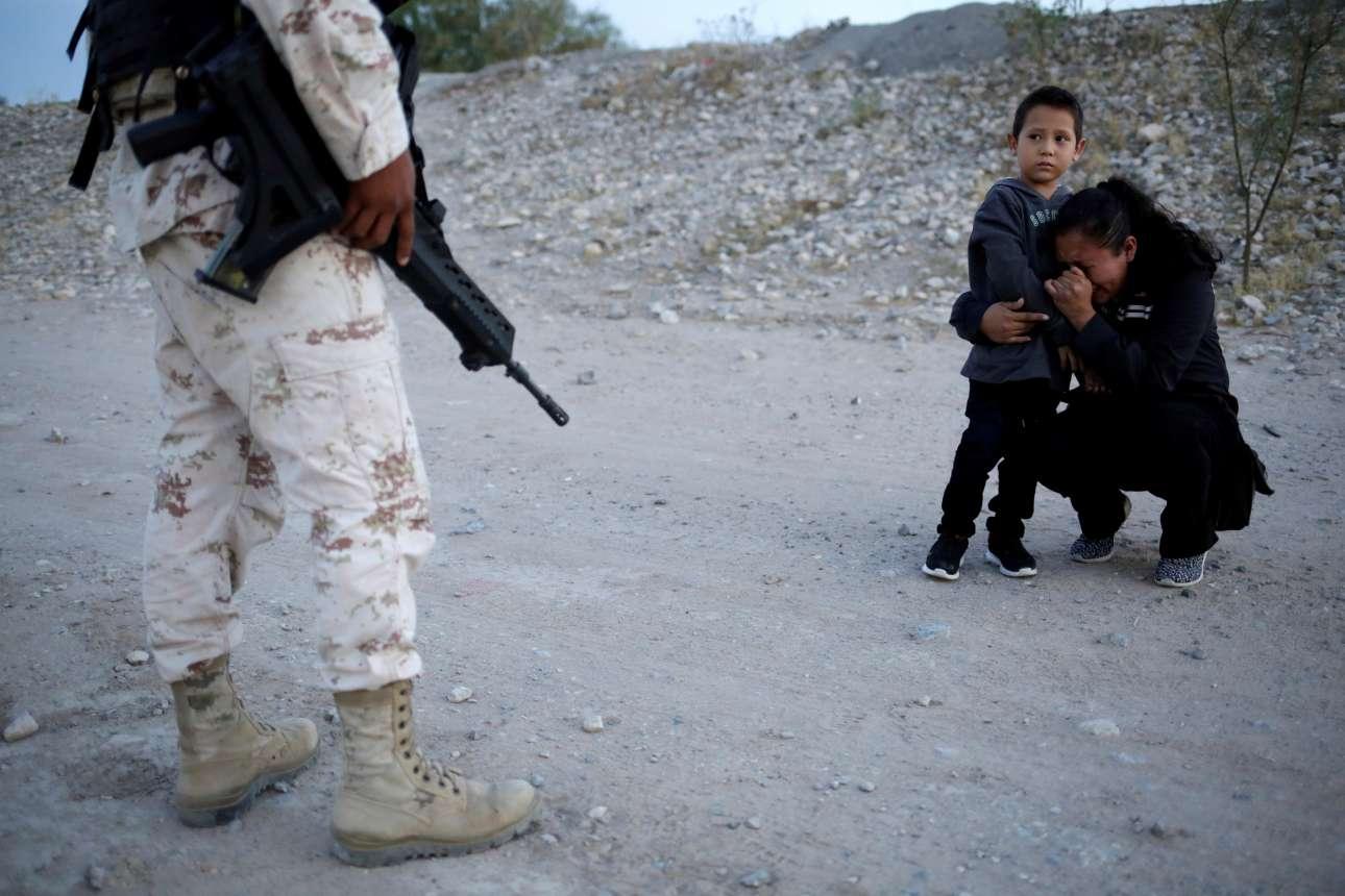 Η γουατεμαλέζα μετανάστρια αγκαλιάζει τον γιο της και οδύρεται, αλλά ο μεξικανός φαντάρος «εκτελεί υπηρεσία» ασυγκίνητος και απαγορεύει το πέρασμα στις ΗΠΑ