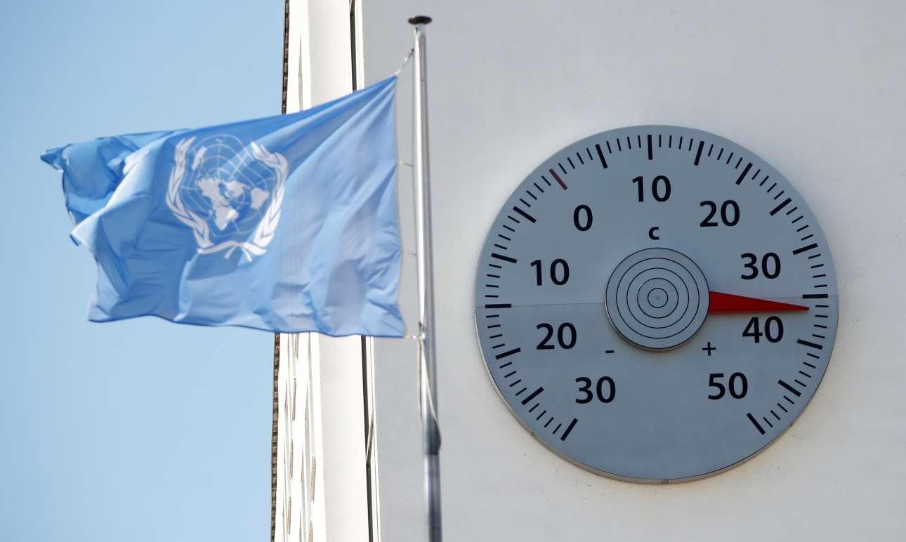 Το θερμόμετρο δείχνει περισσότερους από 36 βαθμούς Κελσίου στο κτίριο-έδρα της Συνόδου του ΟΗΕ για την Κλιματική Αλλαγή, στη Βόνη