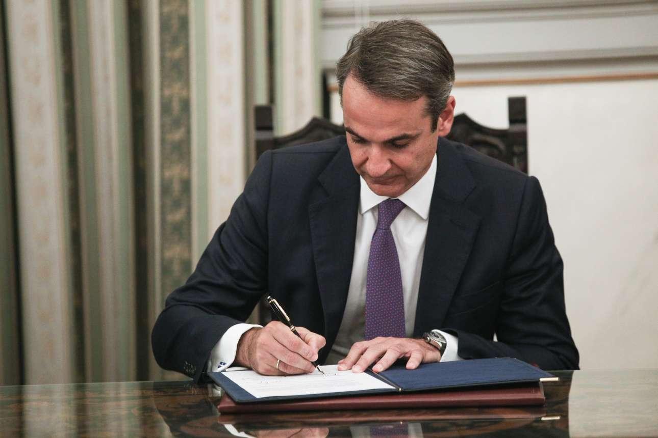 O Κυριάκος Μητσοτάκης υπογράφει το πρωτόκολλο ανάληψης των καθηκόντων του ως Πρωθυπουργού της χώρας