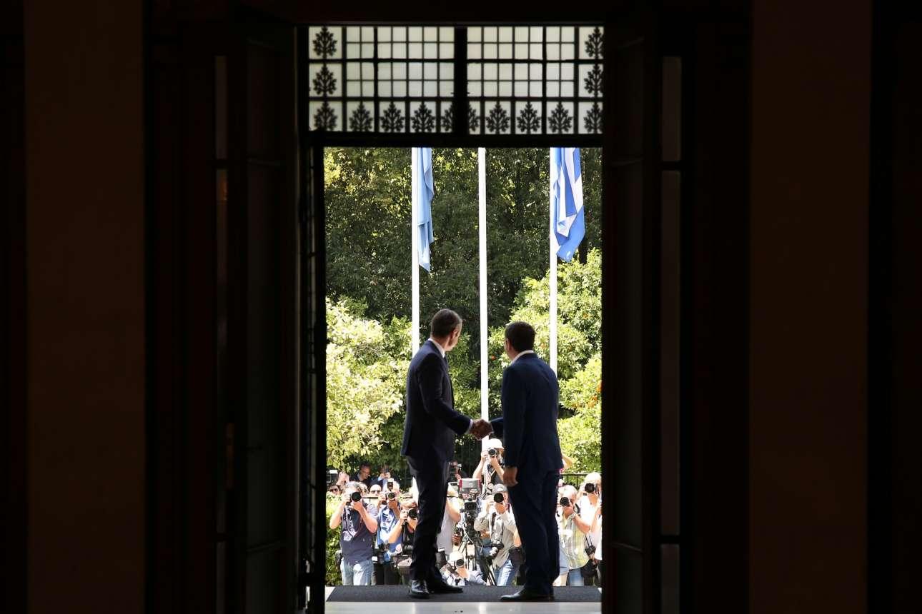 Λήψη από το εσωτερικό του Μαξίμου. Ο απερχόμενος Πρωθυπουργός Αλέξης Τσίπρας καλωσορίζει τον αντίπαλό του,  νικητή των εκλογών