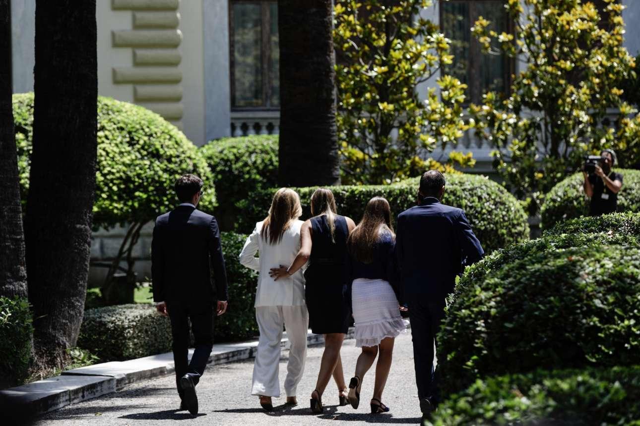 Η φαμίλια Μητσοτάκη στην αυλή του Προεδρικού Μεγάρου - ο πρόεδρος της ΝΔ δεν διακρίνεται, τον κρύβει ο συνοδός ασφαλείας