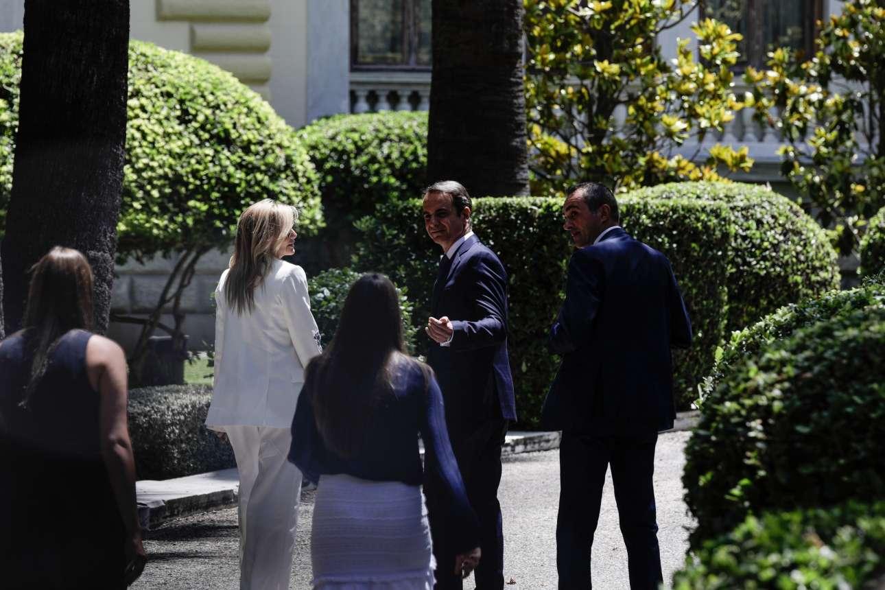 O Κυριάκος Μητσοτάκης καλεί τα παιδιά του να βαδίσουν λίγο γρηγορότερα στην αυλή του Προεδρικού