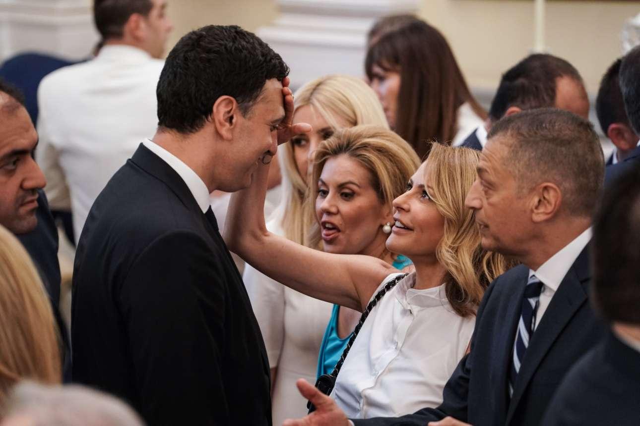 Η Τζένη Μπαλατσινού σφουγγίζει τον ιδρώτα του συζύγου της, νέου υπουργού Υγείας Βασίλη Κικίλια