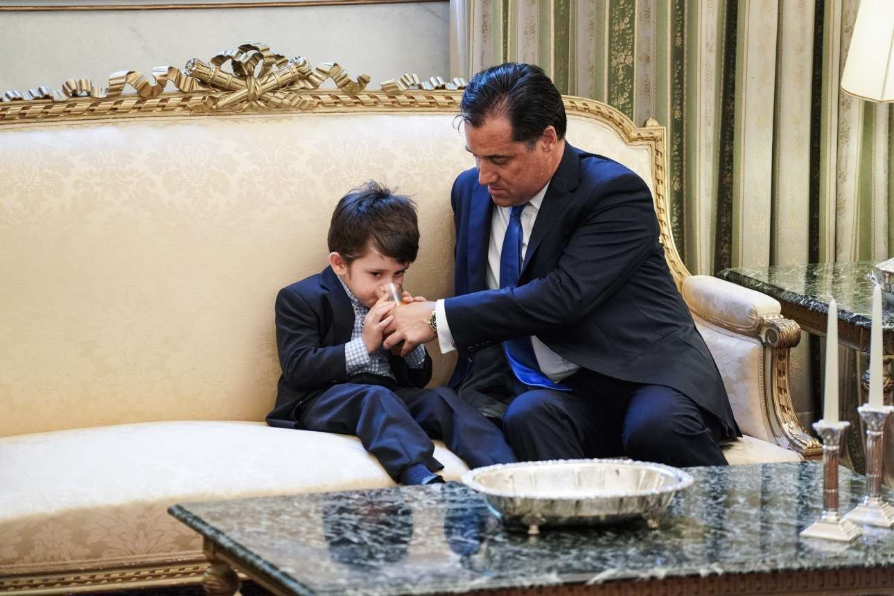 Ενα όμορφο στιγμιότυπο στην τελετή ορκωμοσίας της νέας κυβέρνησης. Ο νέος υπουργός Ανάπτυξης και Επενδύσεων Αδωνις Γεωργιάδης φροντίζει τον γιο του, δίνοντάς του λίγο νερό