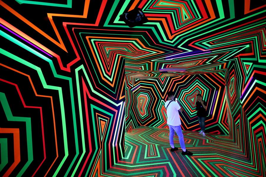 Τέχνη στην Ταϊβάν: αναμνηστικές φωτογραφίες (από κινητό τηλέφωνο) στο εσωτερικό της εγκατάστασης που τιτλοφορείται «Ξεθωριασμένα χρώματα και λάμψη» - ένα έργο της βερολινέζικης καλλιτεχνικής ομάδας «Tape That»