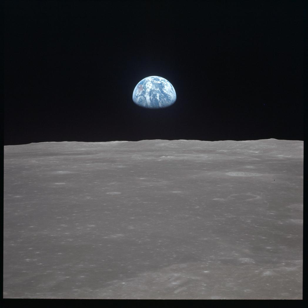 Η συγκλονιστική «Ανατολή της Γης» πίσω από από τον σεληνιακό ορίζοντα, με φόντο το αχανές μαύρο του Διαστήματος