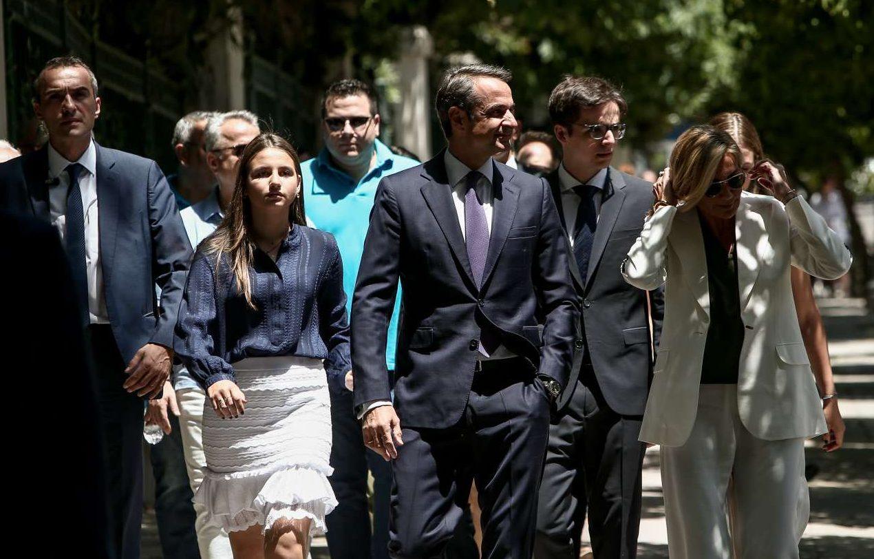 Δάφνη, Κυριάκος, Κωνσταντίνος, Μαρέβα και Σοφία, που μόλις διακρίνεται δεξιά, στον δρόμο προς το Προεδρικό