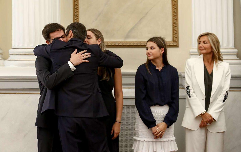 Ο Κυριάκος Μητσοτάκης φιλάει τον Κωνσταντίνο και τη Σοφία υπό το βλέμμα της Δάφνης και της Μαρέβας μετά την τελετή ορκωμοσίας στο Προεδρικό
