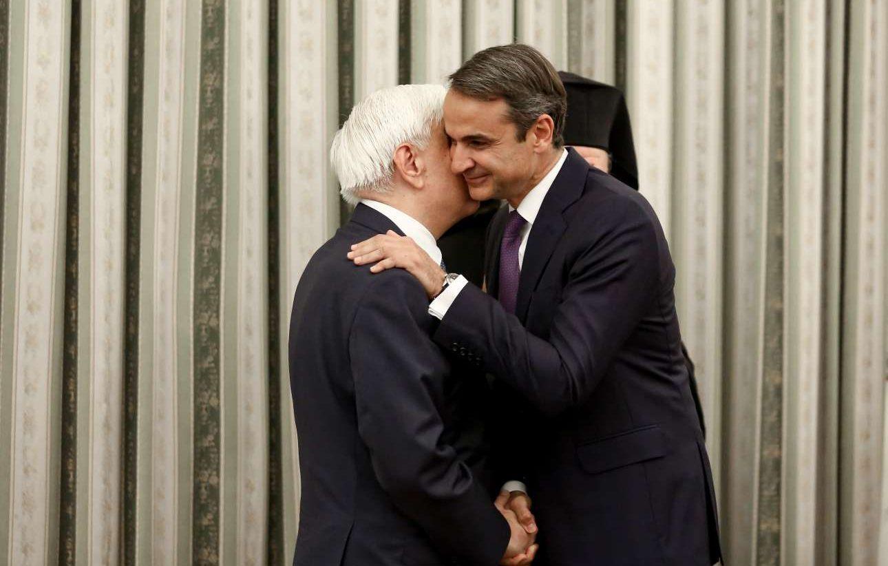 Ο νέος Πρωθυπουργός ασπάζεται τον Πρόεδρο της Δημοκρατίας