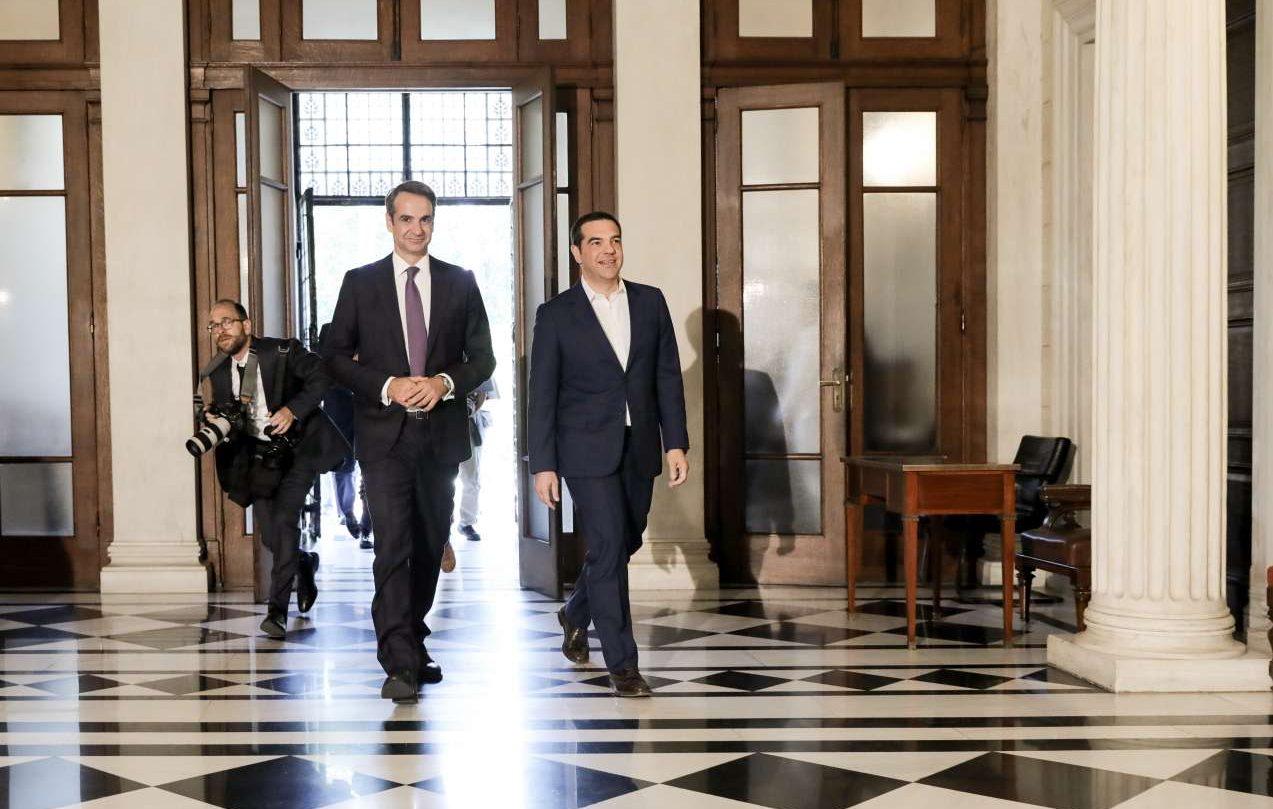 Πολιτικός πολιτισμός. Σε αντίθεση με το 2015, ο Αλέξης Τσίπρας υποδέχεται στο Μαξίμου τον Κυριάκο Μητσοτάκη για να του παραδώσει την εξουσία