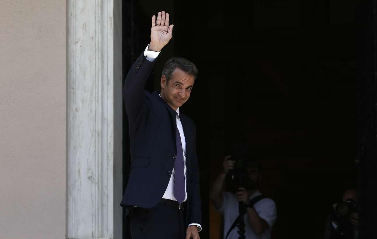 Ο νέος Πρωθυπουργός χαιρετά τον κόσμο που είχε συγκεντρωθεί στην Ηρώδου Αττικού για να τον καλωσορίσει