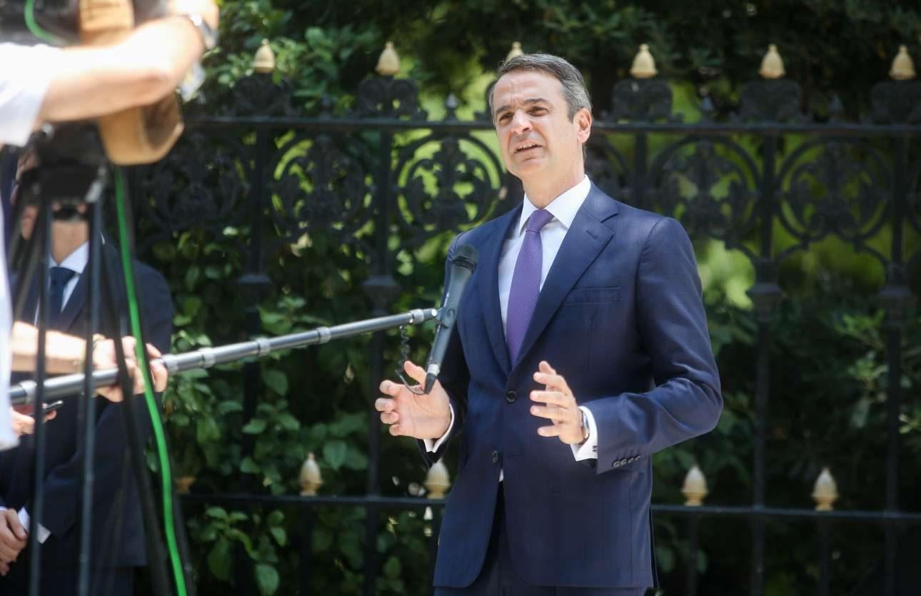Μετά την ορκωμοσία του και προτού παραλάβει από τον Αλέξη Τσίπρα, ο Κυριάκος Μητσοτάκης έκανε μια σύντομη δήλωση στην Ηρώδου Αττικού. «Από σήμερα ξεκινάει σκληρή δουλειά. Έχω απόλυτη εμπιστοσύνη στις δυνατότητές μας να σταθούμε στο ύψος των περιστάσεων», είπε ο νέος Πρωθυπουργός