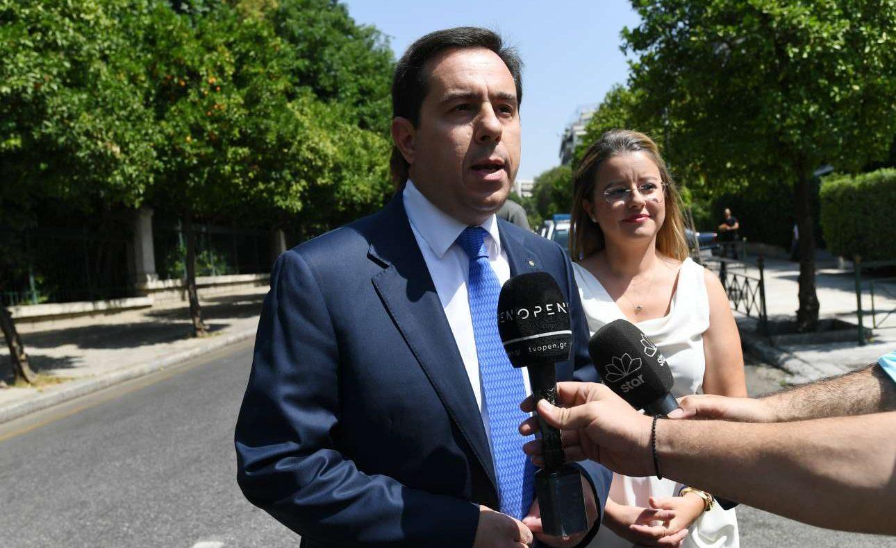 O υφυπουργός Εργασίας Νότης Μηταράκης κάνει δηλώσεις πριν από την τελετή ορκωμοσίας