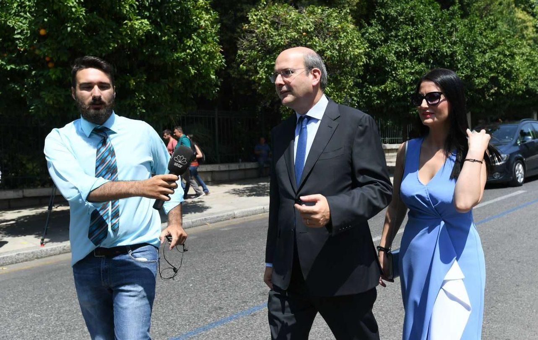 O νέος υπουργός Ενέργειας Κωστής Χατζηδάκης κατηφορίζει την Ηρώδου Αττικού με τη σύζυγό του, λίγο πριν την τελετή ορκωμοσίας της κυβέρνησης Μητσοτάκη