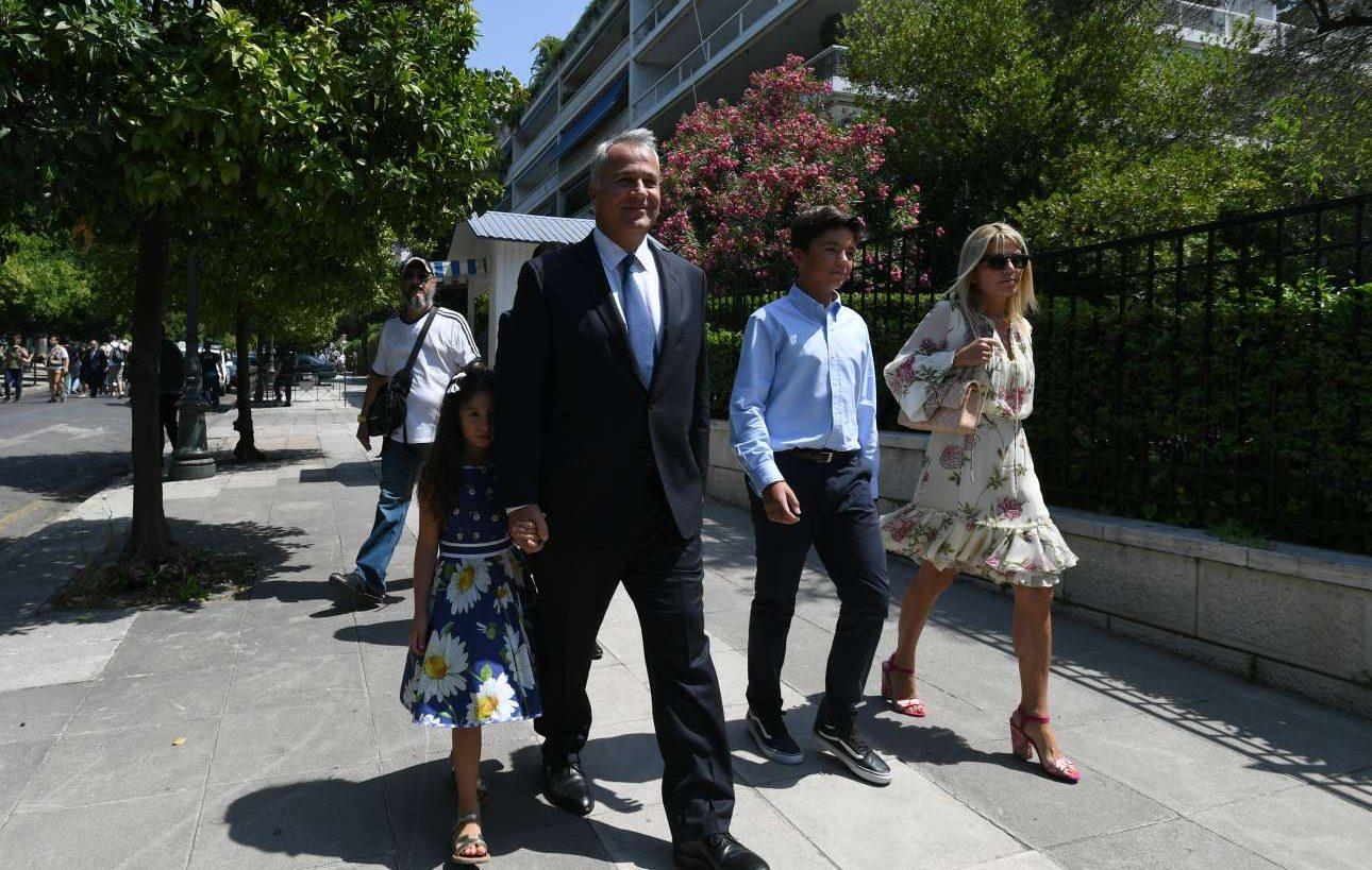 Ο υπουργός Αγροτικής Ανάπτυξης, Μάκης Βορίδης, καταφθάνει στο Προεδρικό με την οικογένειά του