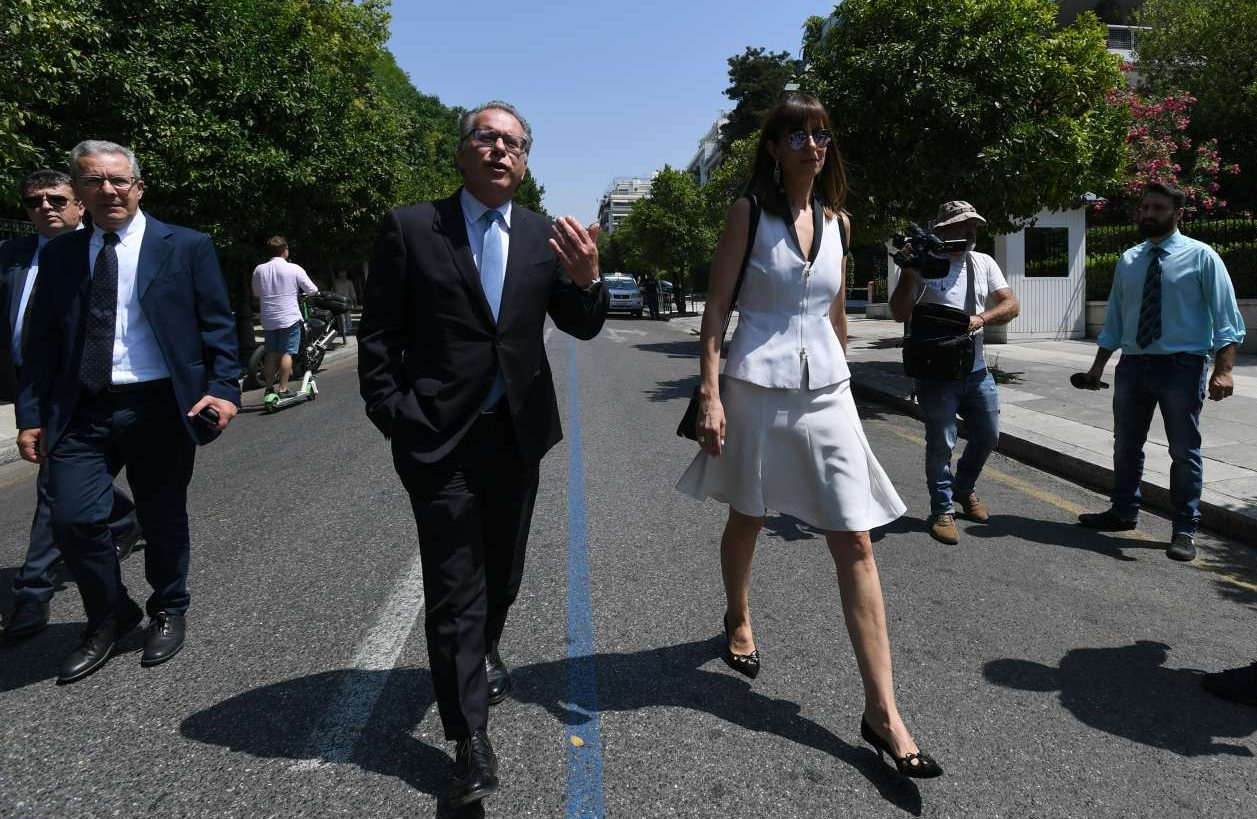 Ο Γιώργος Κουμουτσάκος, αναπληρωτής υπουργός αρμόδιος για τη μεταναστευτική πολιτική, καταφθάνει στο Προεδρικό