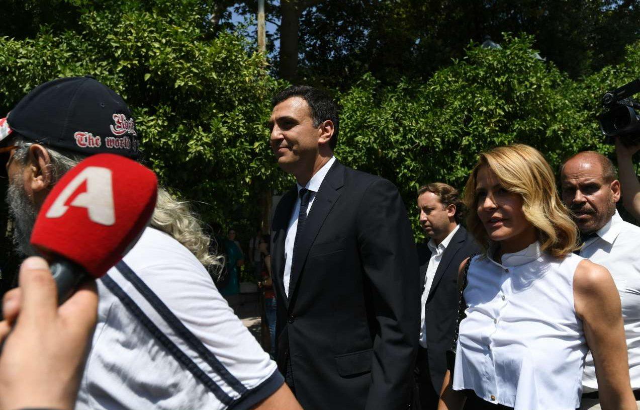 O νέος υπουργός Υγείας Βασίλης Κικίλιας καταφθάνει στο Προεδρικό με τη σύζυγό του Τζένη Μπαλατσινού