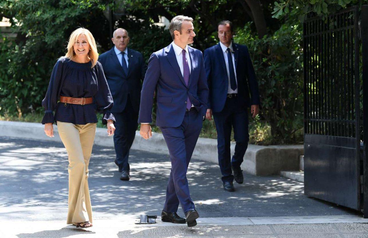 Ο Πρωθυπουργός Κυριάκος Μητσοτάκης καταφθάνει με τη σύζυγό του Μαρέβα Γκραμπόφσκι στο Προεδρικό