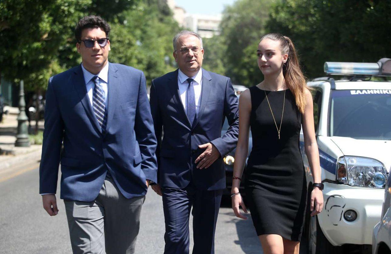 Ο νέος υπουργός Εσωτερικών Τάκης Θεοδωρικάκος κατηφορίζει την Ηρώδου Αττικού με την οικογένειά του