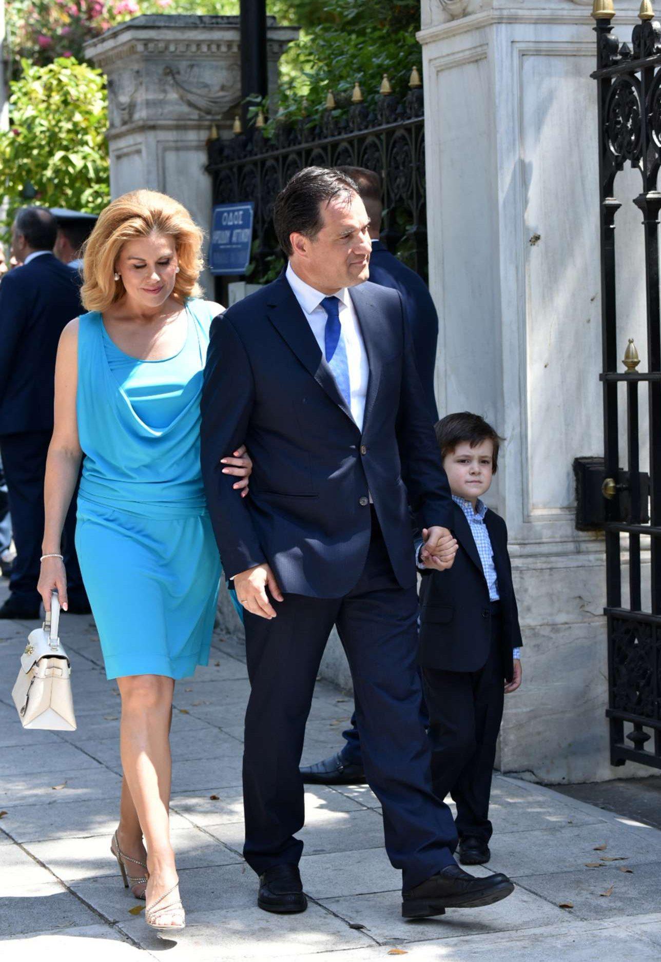 O Αδωνις Γεωργιάδης, υπουργός Ανάπτυξης και Επενδύσεων, έξω από το Προεδρικό με τη σύζυγό του Ευγενία Μανωλίδου και τον γιο τους