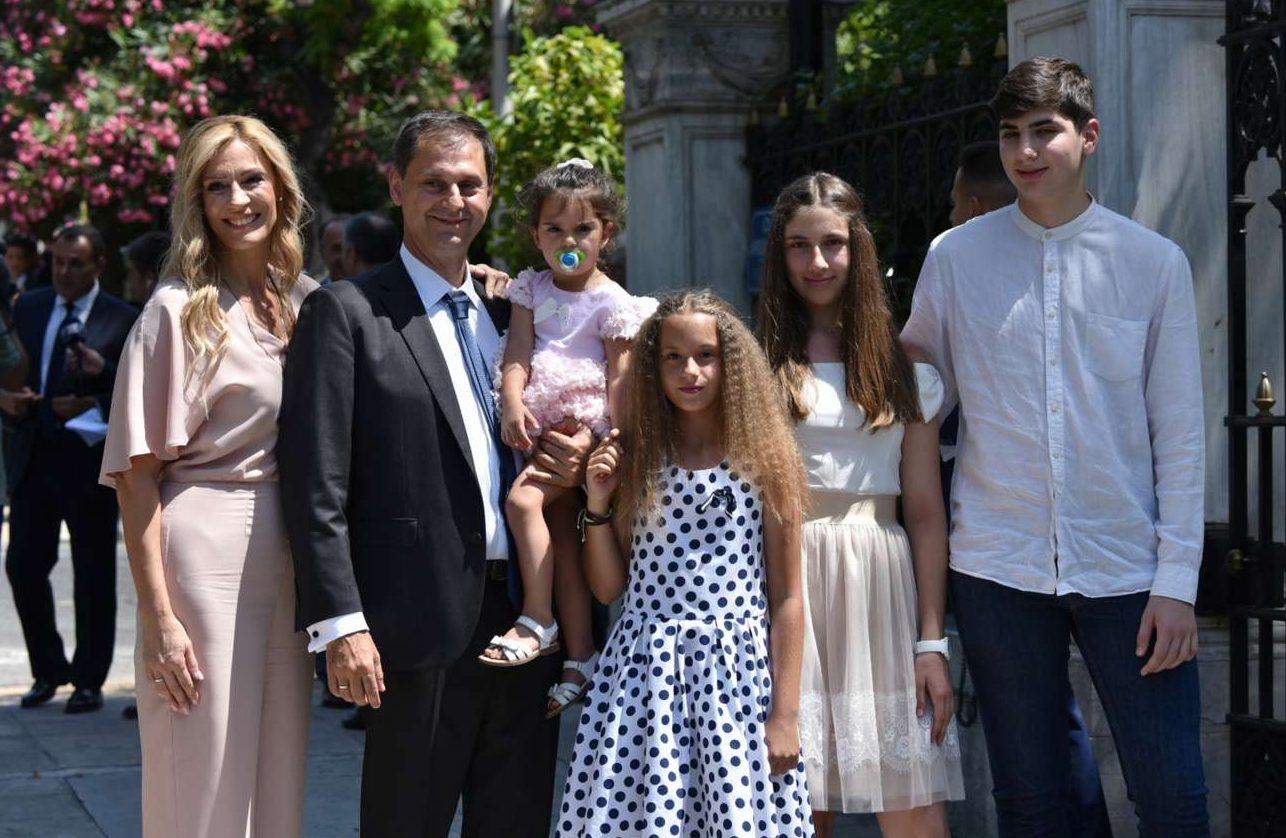 Ο νέος υπουργός Τουρισμού Χάρης Θεοχάρης έξω από το Προεδρικό με τη σύζυγό του και τα τέσσερα παιδιά τους