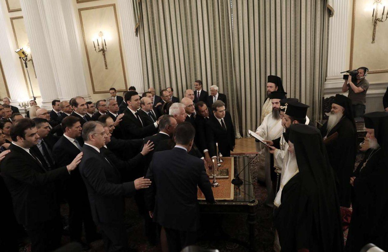 Η ανδροκρατούμενη κυβέρνηση Μητσοτάκη δίνει θρησκευτικό όρκο