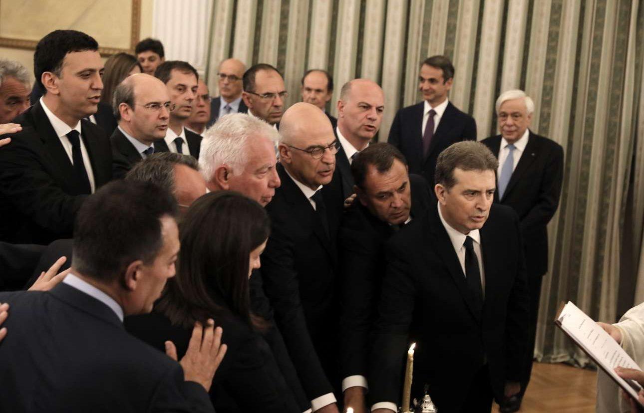 Στο εσωτερικό του Προεδρικού: από (δεξιά) Χρυσοχοΐδης, Παναγιωτόπουλος, Δένδιας, Πικραμμένος κ.ά. δίνουν θρησκευτικό όρκο ως νέοι υπουργοί