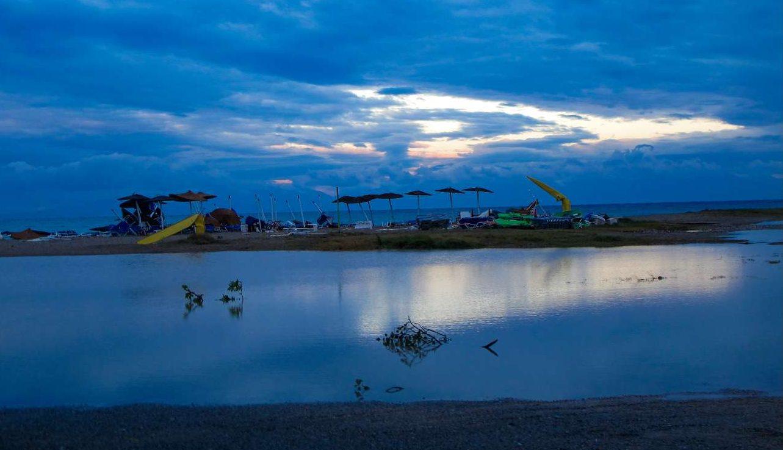 Με το πρώτο φως του ήλιου έγινε αντιληπτό το μέγεθος της καταστροφής στην παραλία της Βέργιας