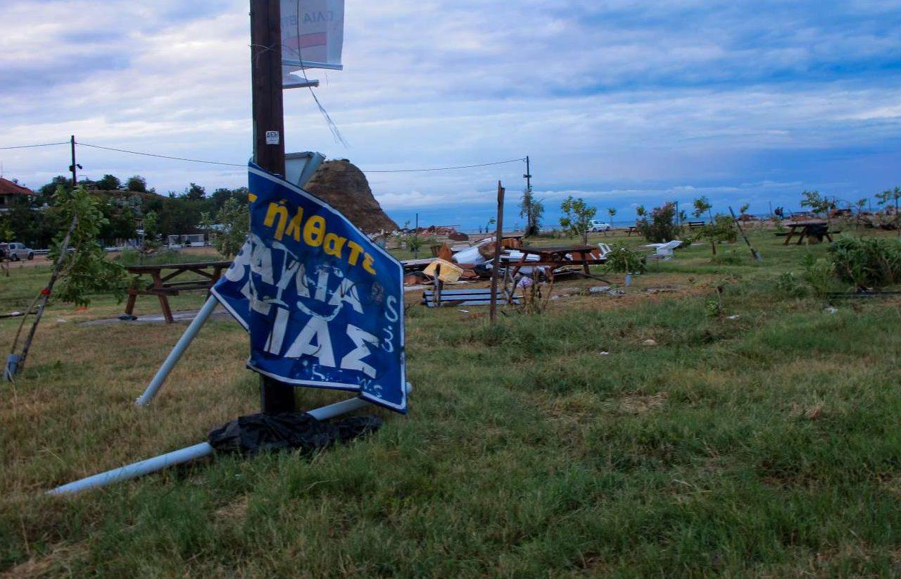 Η πινακίδα που σε καλωσορίζει στην παραλία της Βέργιας τσακίστηκε από τους ανέμους