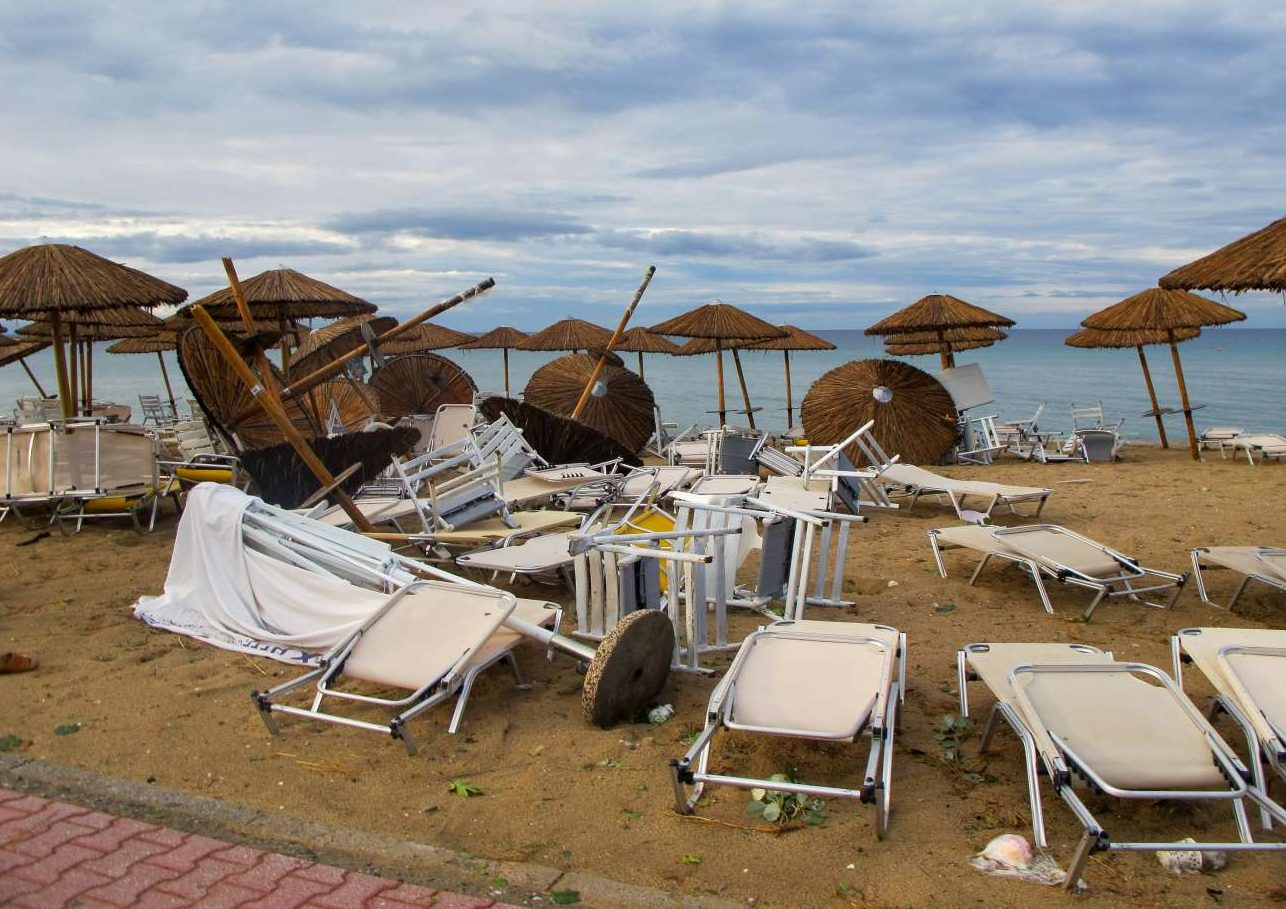 Καταστροφές στην παραλία στα Νέα Πλάγια. Το πλήγμα για την τουριστική βιομηχανία της περιοχής είναι βαρύ