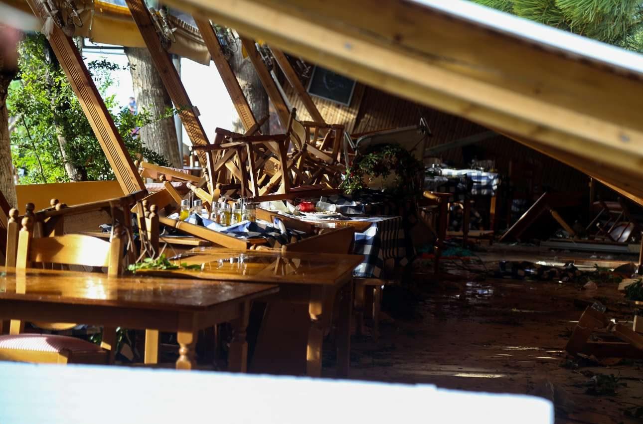 To σκέπαστρο στην ταβέρνα στα Νέα Πλάγια, όπου σκοτώθηκαν δύο άνθρωποι