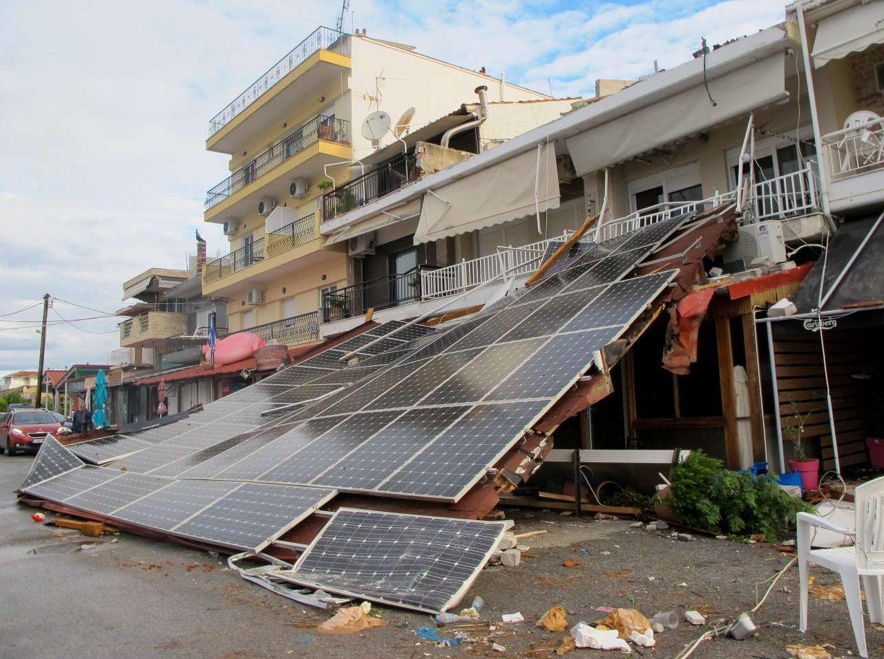 Πώς να μην καταρρεύσει; Στέγαστρο με ηλιακά πάνελ από επάνω, έχει πέσει στα Νέα Πλάγια. Ποιος έδωσε άδεια για αυτήν την κατασκευή;