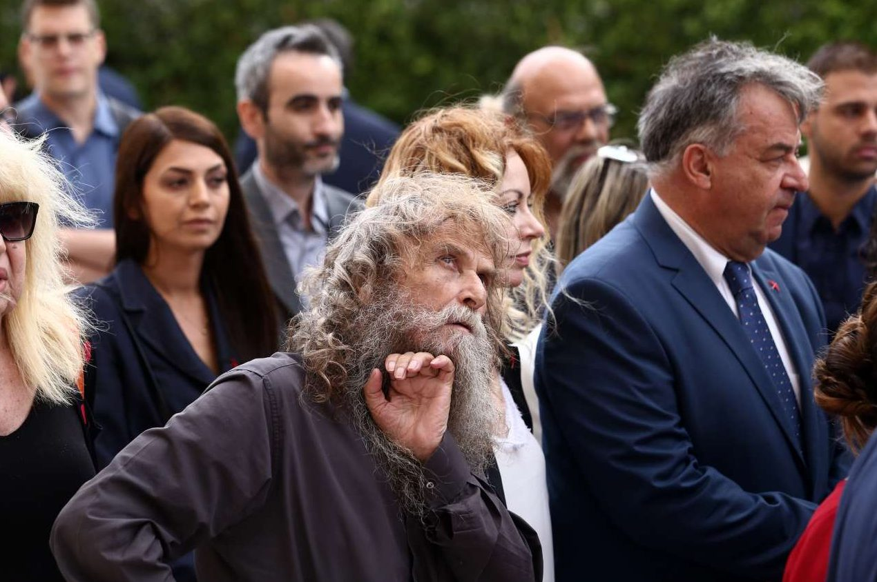 Κατά την προσέλευση στο κτίριο της Βουλής ξεχώρισε η παρουσία του Ψαραντώνη, υποψηφίου με το ψηφοδέλτιο Επικρατείας του ΜέΡΑ25