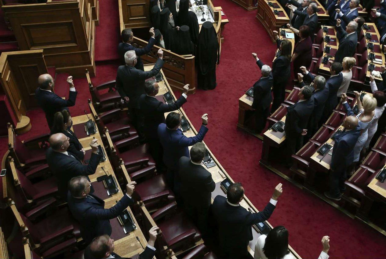 Ο Πρωθυπουργός Κυριάκος Μητσοτάκης με τον αντιπρόεδρο της κυβέρνησης Παναγιώτη Πικραμμένο πλάι του, και τους υπόλοιπους υπουργούς, δίνουν τον oριζόμενo από τo άρθρo 59 τoυ Συντάγματoς όρκο