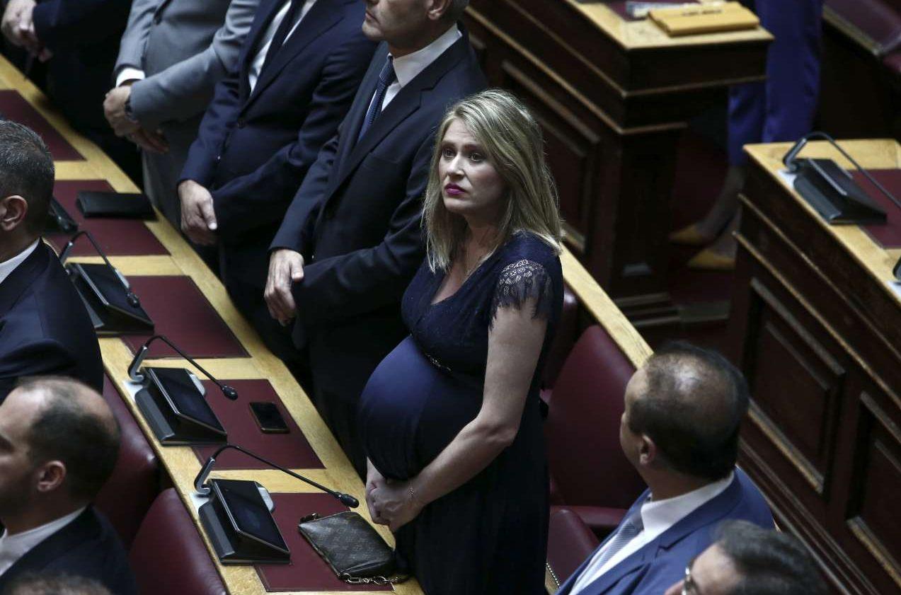 H έγκυος στον όγδοο μήνα βουλευτής Α΄ Θεσσαλονίκης Αννα Ευθυμίου έκλεψε την παράσταση στα έδρανα της Βουλής