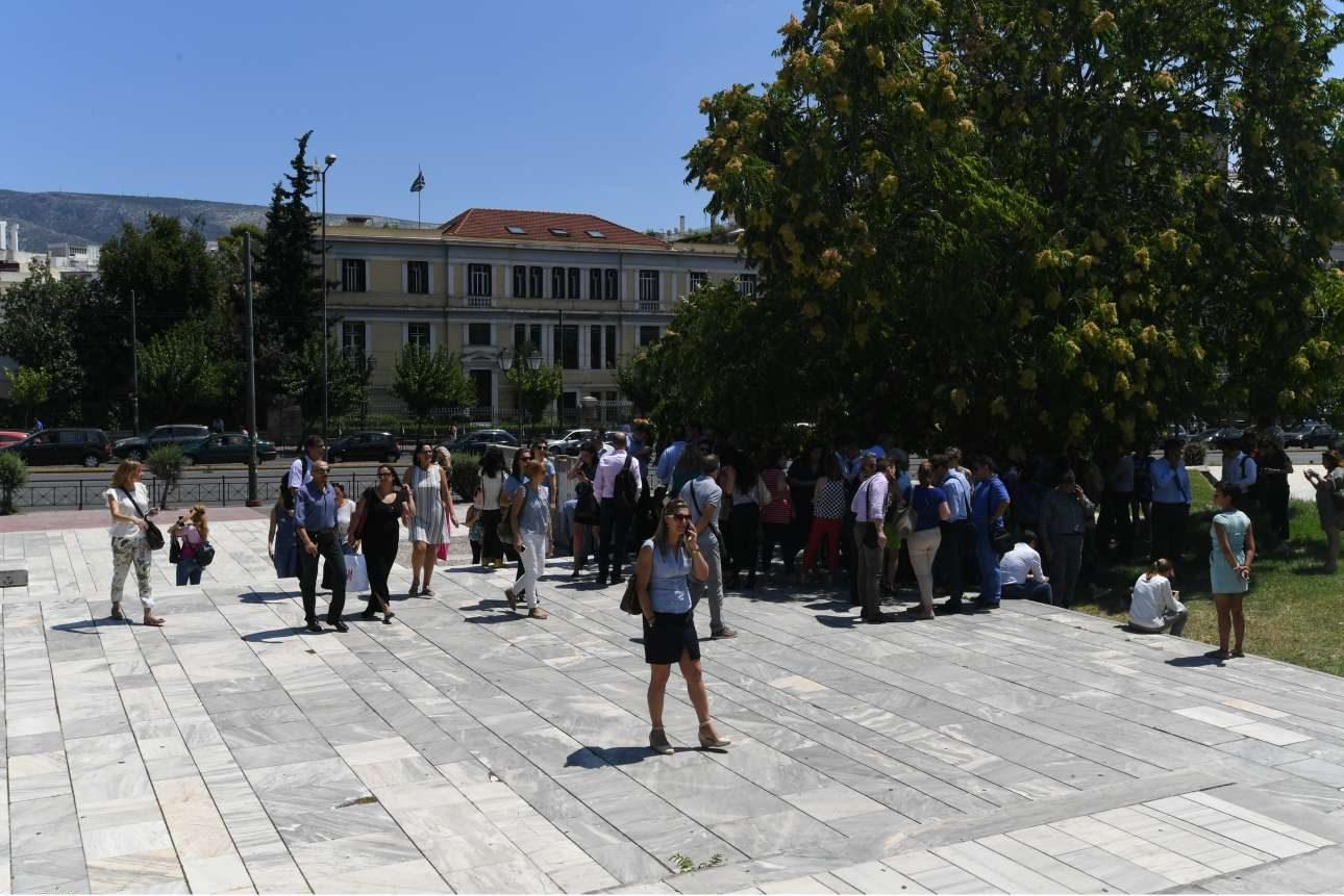 Αμέσως μετά τη σεισμική δόνηση πολλοί βγήκαν σε ανοιχτούς χώρους
