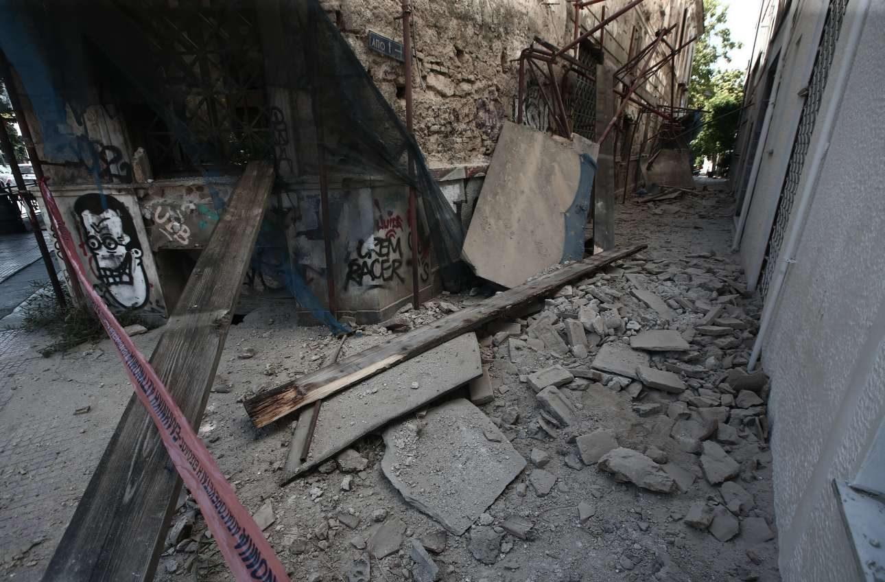 Σοβαρές ήταν οι υλικές ζημιές σε κτίριο στην Ερμού, στο κέντρο της Αθήνας