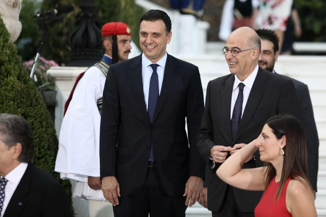 Ο υπουργός Υγείας Βασίλης Κικίλιας και ο υπουργός Εξωτερικών Νίκος Δένδιας προσέρχονται στη δεξίωση