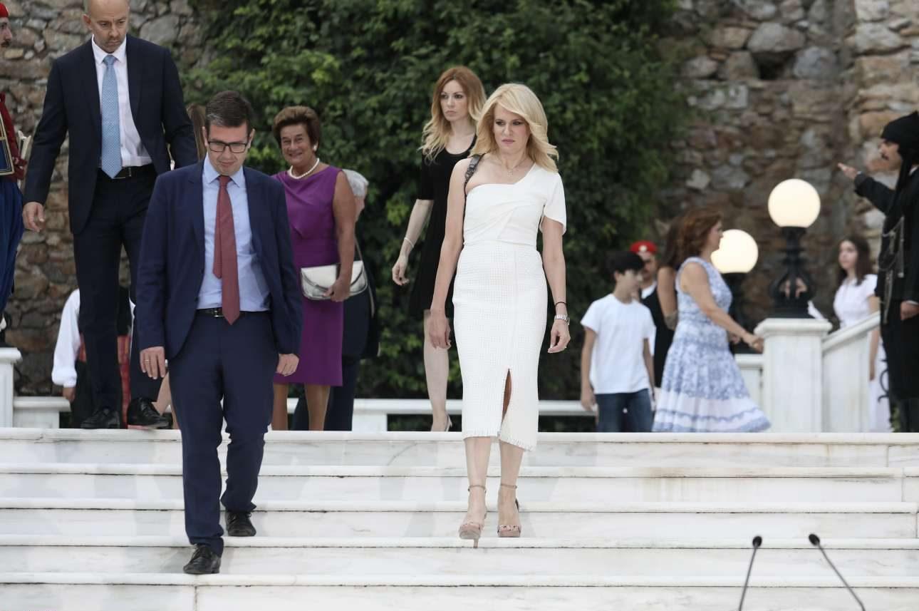 Η βουλευτής Πέλλας του ΣΥΡΙΖΑ Θεοδώρα Τζάκρη και ο βουλευτής Β' Αθηνών (Βορράς) της Νέας Δημοκρατίας Δημήτρης Καιρίδης
