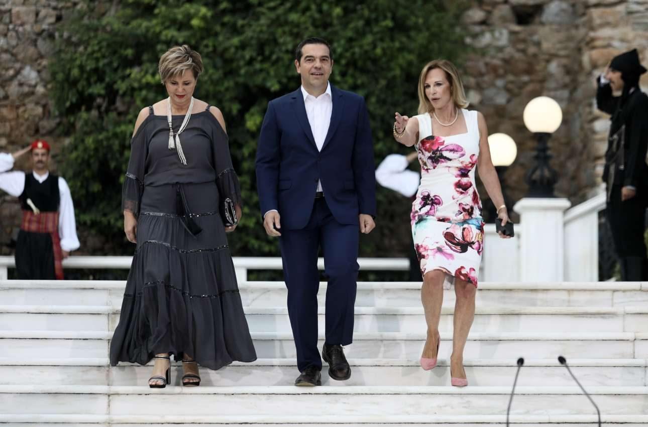 Ο αρχηγός της αξιωματικής αντιπολίτευσης και πρόεδρος του ΣΥΡΙΖΑ Αλέξης Τσίπρας μαζί με τη βουλευτή Αρτας Ολγα Γεροβασίλη (αριστερά)