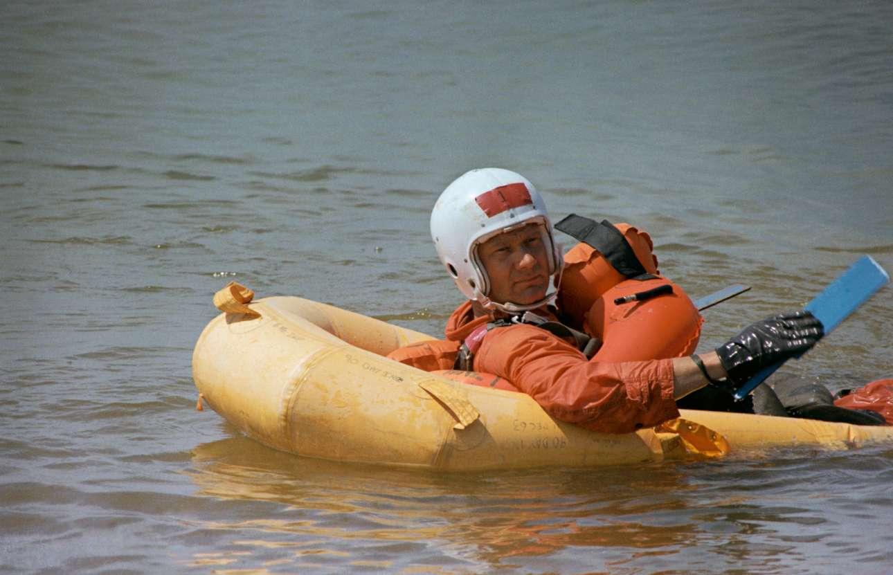Στα πλαίσια της προετοιμασίας για την αποστολή, O Ολντριν κάνει κουπί στην λίμνη Τεξόμα στην αεροπορική βάση του Σέρμαν, στο Τέξας, αφού έχει πέσει με αλεξίπτωτο από ύψος 120 μέτρων