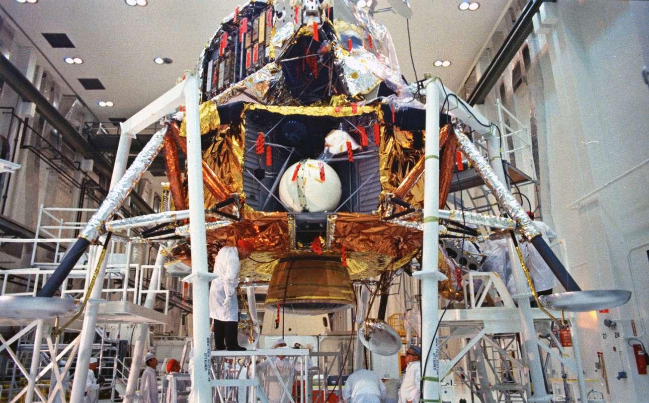 Ο τελικός έλεγχος της σεληνακάτου του Apollo 11 λαμβάνει χώρα στις 11 Απριλίου 1969, στο Διαστημικό Κέντρο Κένεντι