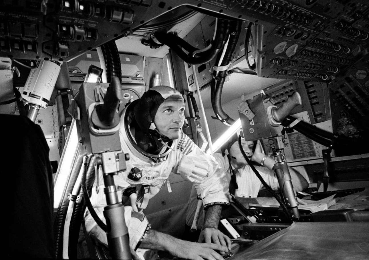 Ο  κυβερνήτης του διαστημοπλοίου Μάικλ Κόλινς -ο άτυχος της όλης ιστορίας αφού ήταν υποχρεωμένος να παραμείνει σε αυτό και να περιμένει τους δύο συναδέλφους του να επιστρέψουν από την επιφάνεια της Σελήνης- εξασκείται μέσα σε έναν προσομοιωτή