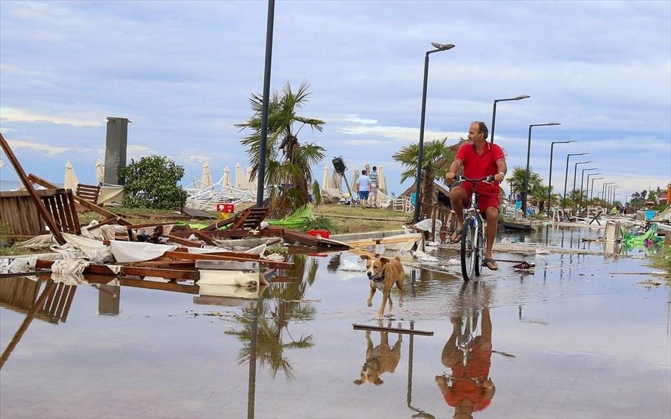 Ανδρας διασχίζει με το ποδήλατό του τους κατεστραμμένους δρόμους στα Νέα Πλάγια Χαλκιδικής. Οι κάτοικοι και οι επισκέπτες της Χαλκιδικής βρίσκονται αντιμέτωποι με τις εκτεταμένες ζημιές από την πρωτοφανή θεομηνία που έπληξε την περιοχή